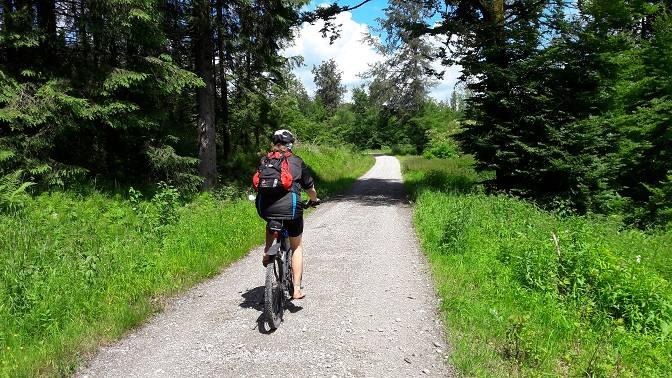 Barfuß Radfahren macht auch auf Forstwegen Spaß