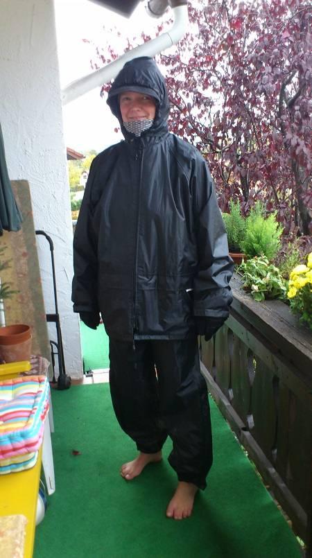 Barfuß mit Regenbekleidung