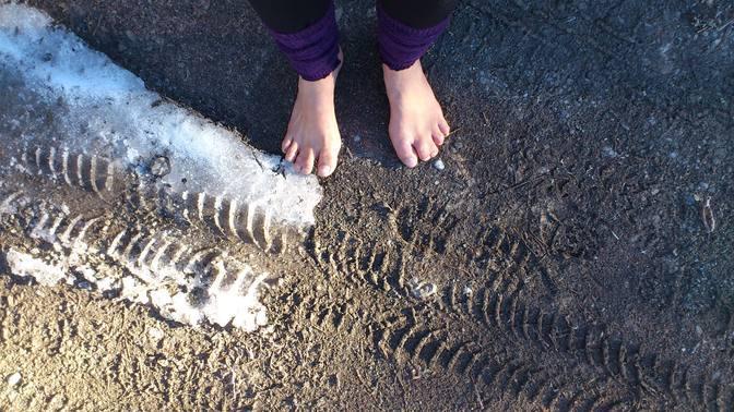 Archivbild Dezember 2015 barfuß auf gefrorenem Boden