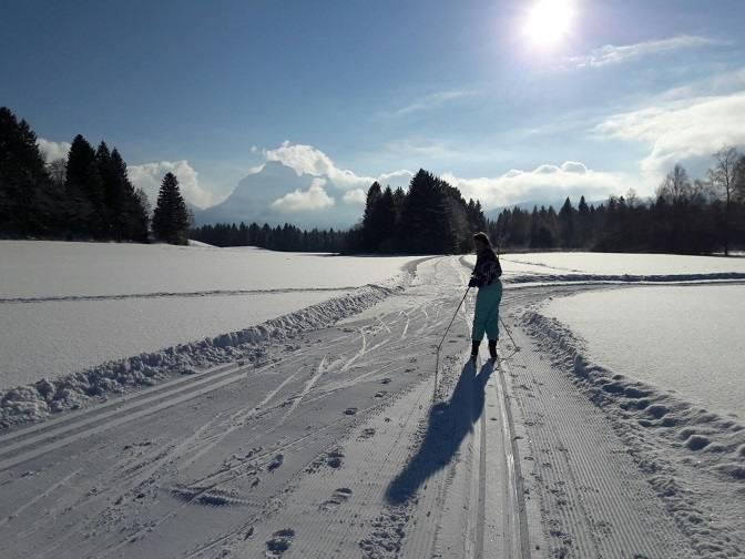 Eva beim Skilanglauf zwischen Füssen und Hopfen
