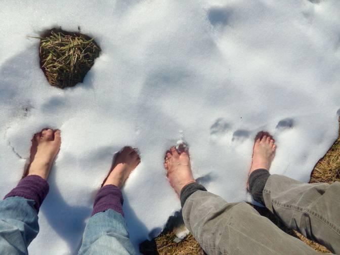 Zwei Fußpaare im Schnee