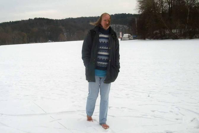 Barfuß auf der zugefrorenen Havel