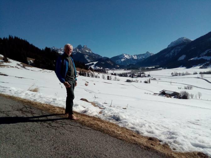 Wolfgang posiert vor Gimpel und Rote Flüh