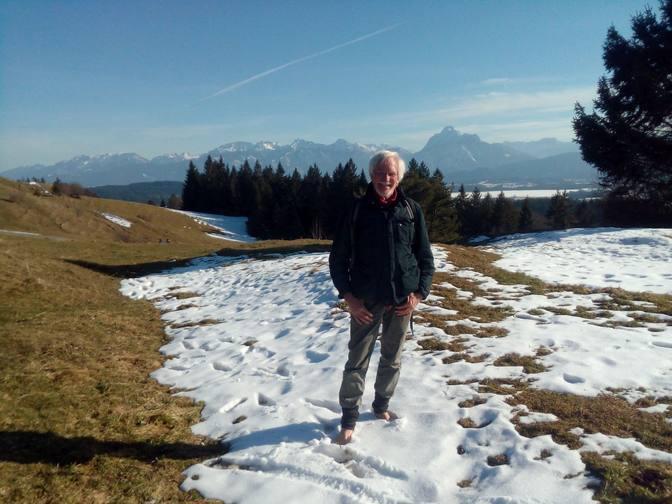 Wolfgang barfuß im Schnee auf der Beichelsteinalpe