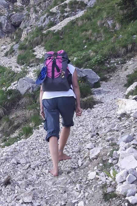 Barfuß auf dem Bergpfad