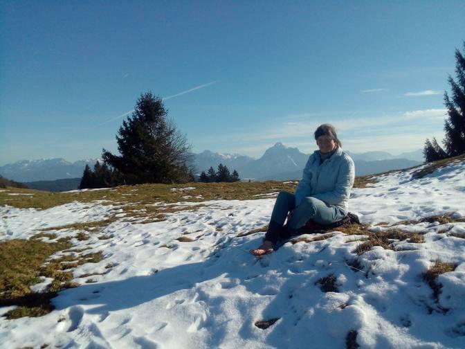 Eva barfuß im Schnee auf der Beichelsteinalpe