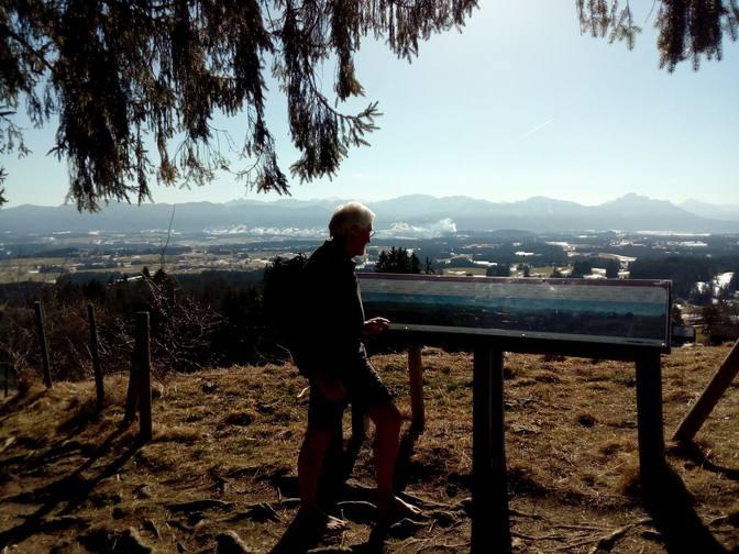 Wolfgang schaut sich die Panoramatafel der Berge an