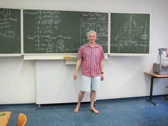 Hans-Jörg als barfüßiger Lehrer