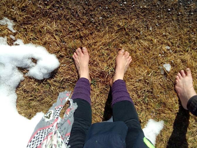 Mit nackten Füßen auf Wintergras