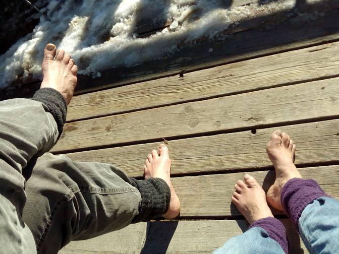 Wolfgang und Eva barfuß auf der Sonnenterrasse der Alpe Beichelstein