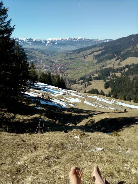 Kurze Rast mit Blick ins Hindelanger Tal (Ostrachtal)