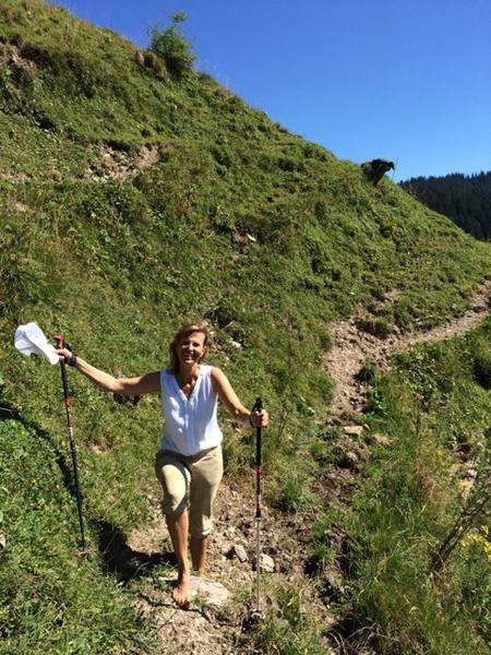 Sabrina Fox beim Wandern in den Bergen