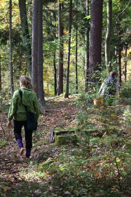 Alina barfuß im Wald unterwegs