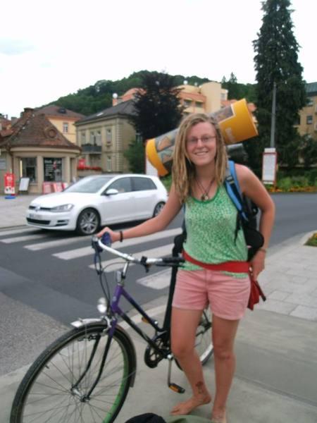 Alina barfuß Fahrradfahren