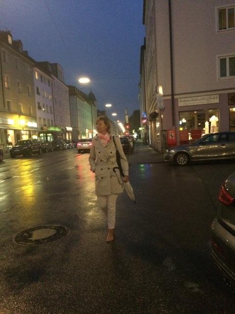Sabrina Fox barfuß beim abendlichen Stadtbummel