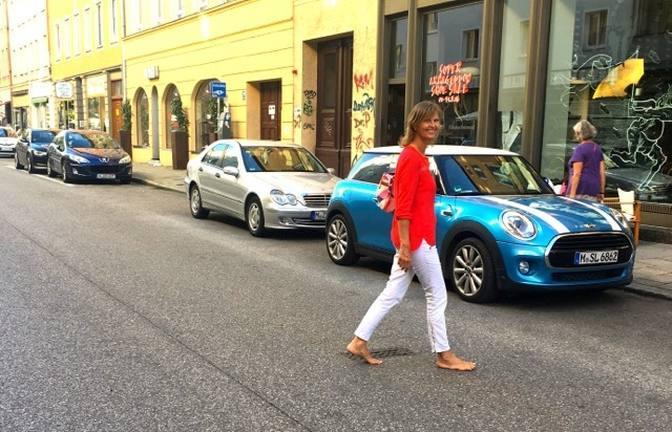 Sabrina Fox barfuß unterwegs in der Stadt