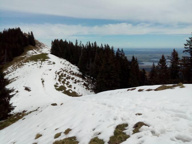 Vom Hinteren Hörnle stapfen wir barfuß durch den Schnee zum letzten Hügel der Hörnlegruppe