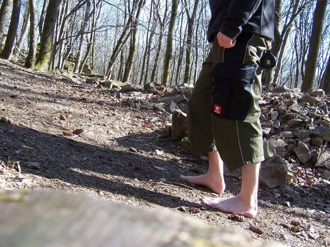 Barfuß wandern im Wald