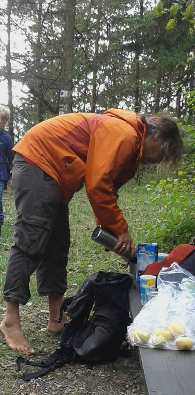 Barfuß beim Picknick