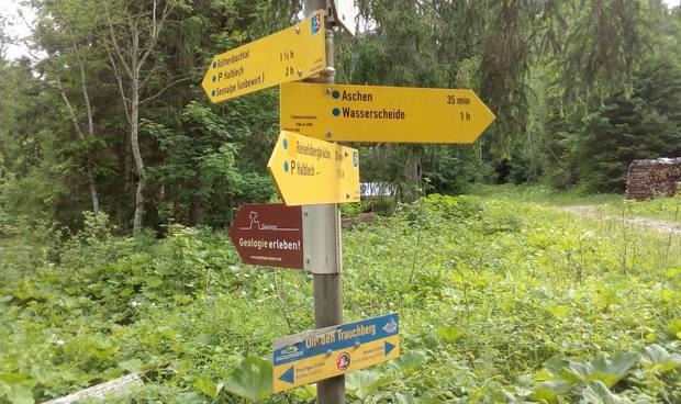 Perfekte Wegweiser für Rad- und Wanderwege am Trauchberg