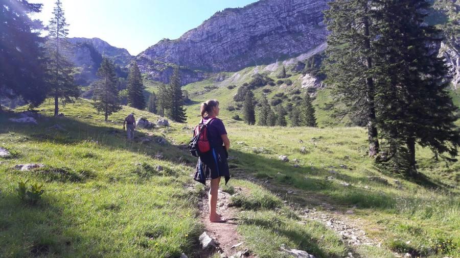 Eva barfuß auf dem Weg zum Gipfel der Hochplatte in den Ammergauer Bergen