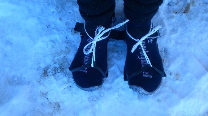 Eva trägt bei Eis und Schnee ihre Leguano Barfußschuhe und Spikes
