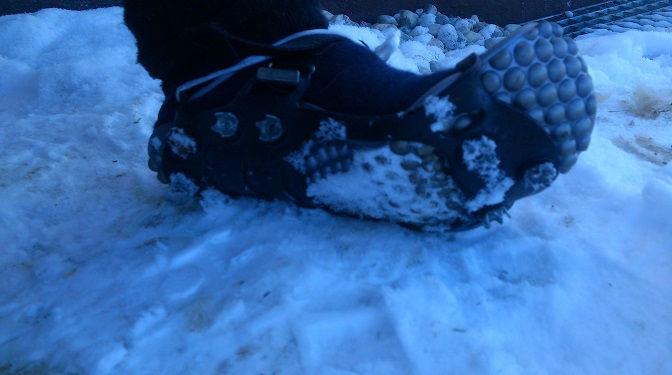 Eva trägt bei Eis und Schnee ihre Leguano Minimalschuhe und Spikes