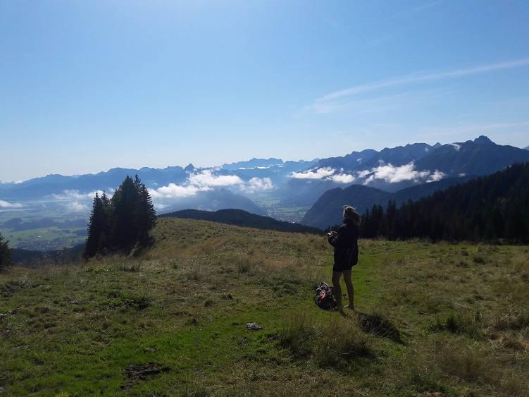 Eva genießt die Aussicht vom Alpspitz auf das Füssener Land