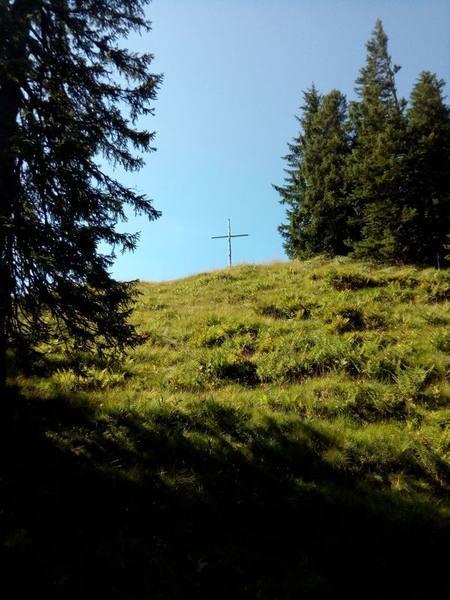 Das Gipfelkreuz des Edelsberg ist schon in Sicht