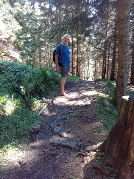 Wolfgang freut sich über den barfußfreundlichen Waldweg