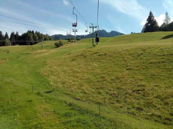 Mit dem Einer-Sessellift fahren wir zur Bergstation der Sommerrodelbahn