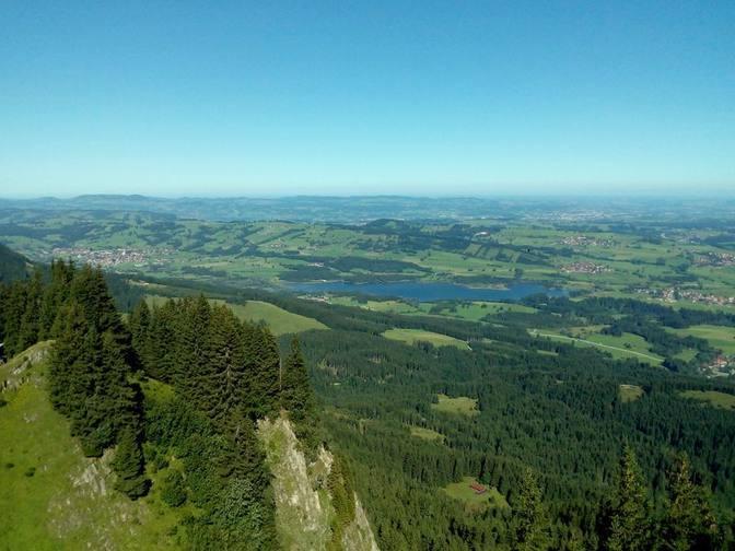 Blick vom Alpspitz auf den Grüntensee und das weite Unterland