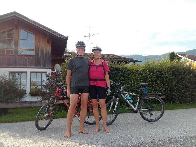 Eva und Wolfgang starten zum barfuß Radfahren