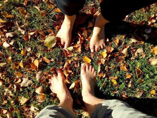 Barfuß im Herbstlaub