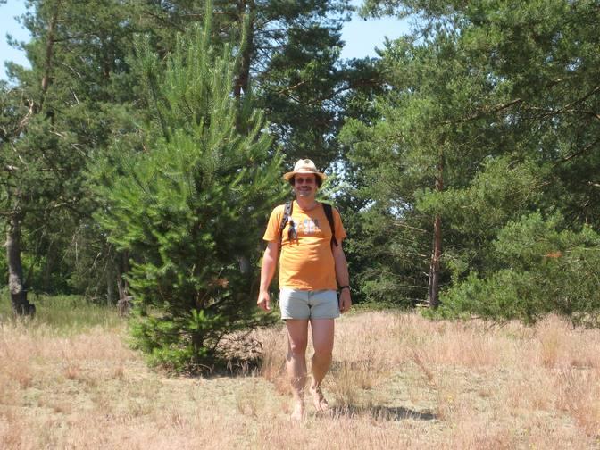 Harald barfuß im Sandgebiet Borova an der Grenze zwischen Österreich und der Slowakei