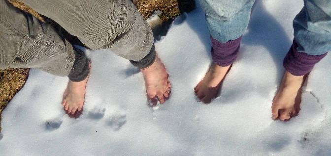 Eva und Wolfgang laufen Barfuß im Schnee