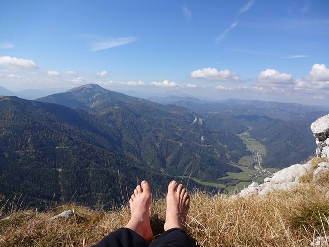 Harald genießt barfuß die Aussicht über die Berge