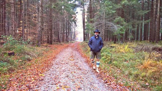 Rainer Graf barfuß im Herbstwald
