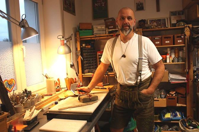Rainer Graf in seiner Lederwerkstatt