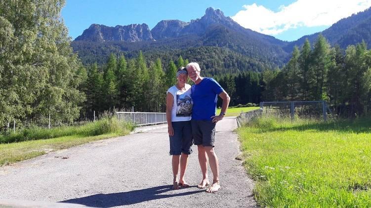 Eva und Wolfgang mit dem Säuling im Hintergrund