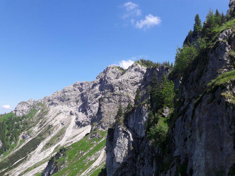 Pfad zum Gipfel am Abgrund