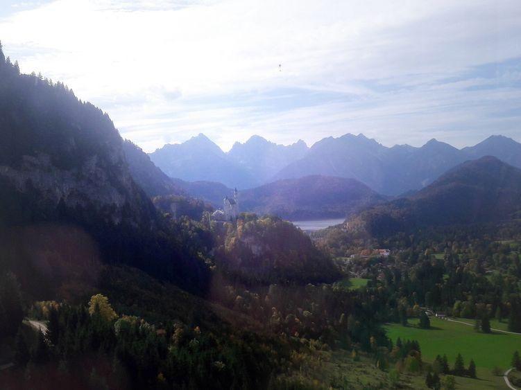Blick von der Bergbahn auf Schloss Neuschwanstein, dahinter der Alpsee
