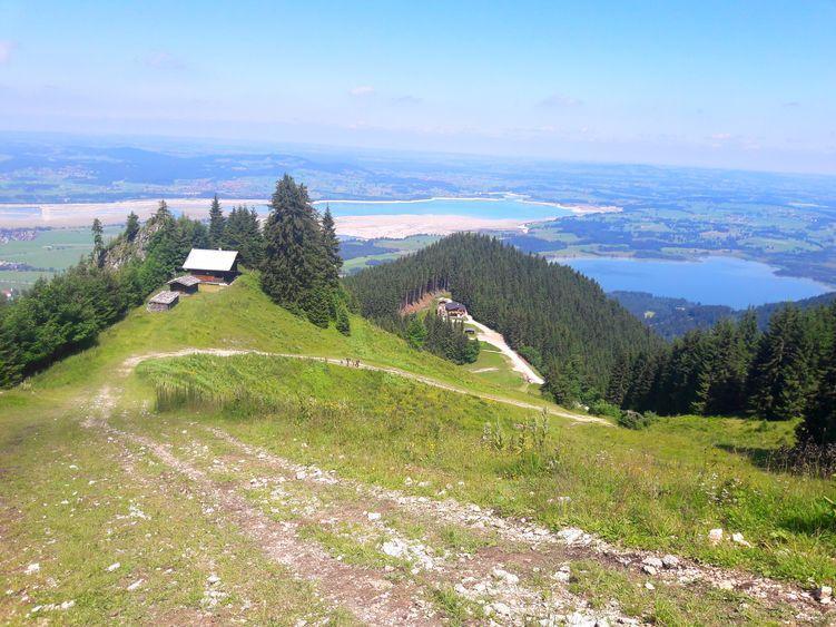 Blick zurück auf die Rohrkopfhütte und die Allgäuer Seenlandschaft
