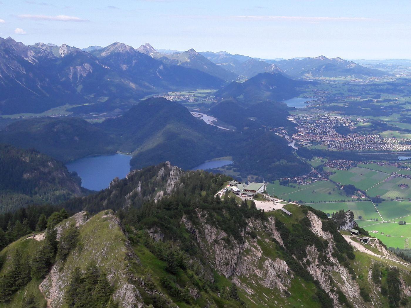 Ausblick vom Branderschrofen tief hinunter auf den Tegelberg und den Alpsee