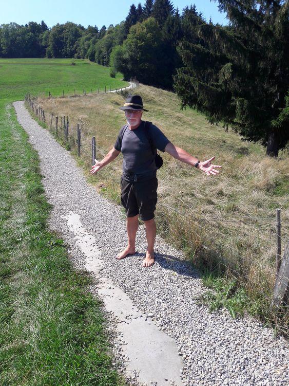Der Autor steht auf dem geschotterten Wiesenweg