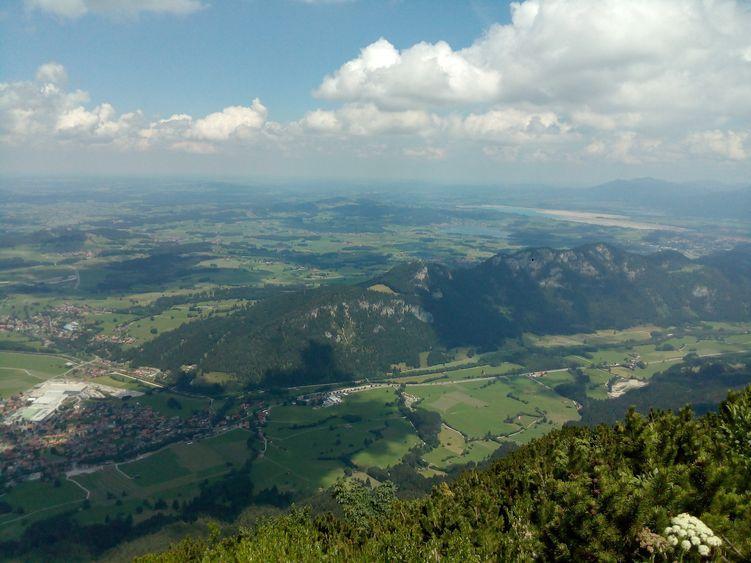 Von der Ostlerhütte auf dem Breitenberg schaut man ins Pfrontener Tal und weit hin ins Unterallgäu und den Pfaffenwinkel
