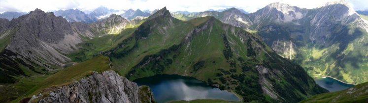 Blick von der Schochenspitze auf den Traualpsee und die Landsberger Hütte in den Tannheimer Bergen