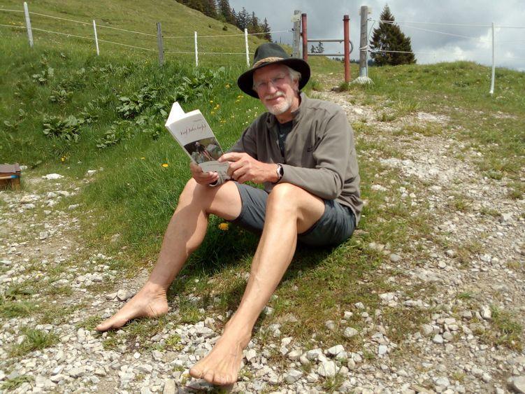 """Wolfgang hat ein Buch über """"Fünf Jahre Barfuß"""" geschrieben"""