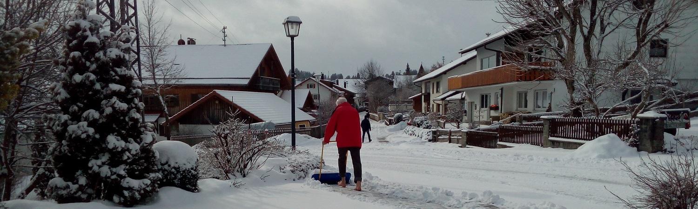 Wolfgang räumt barfuß den Schnee vor dem Haus