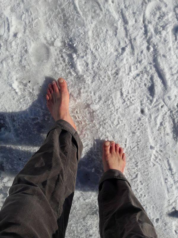 Unterwegs auf Schnee mit roten Zehen